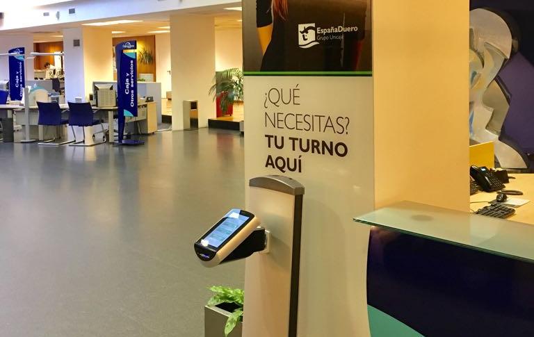 Kiosko expendedor de tickets puesto a la entrada de la central del banco España Duero en Salamanca
