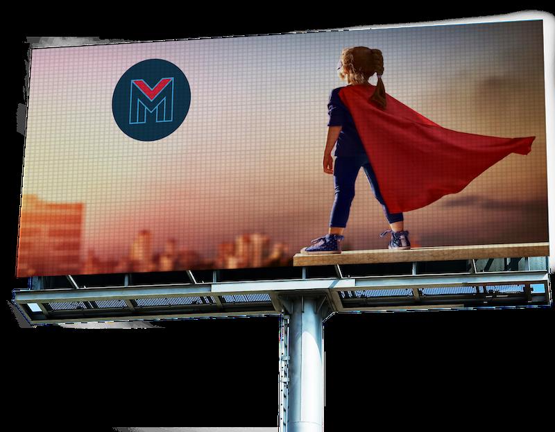 Pantalla gigante que muestra imagen de la superhero Mobente mirando al logo M